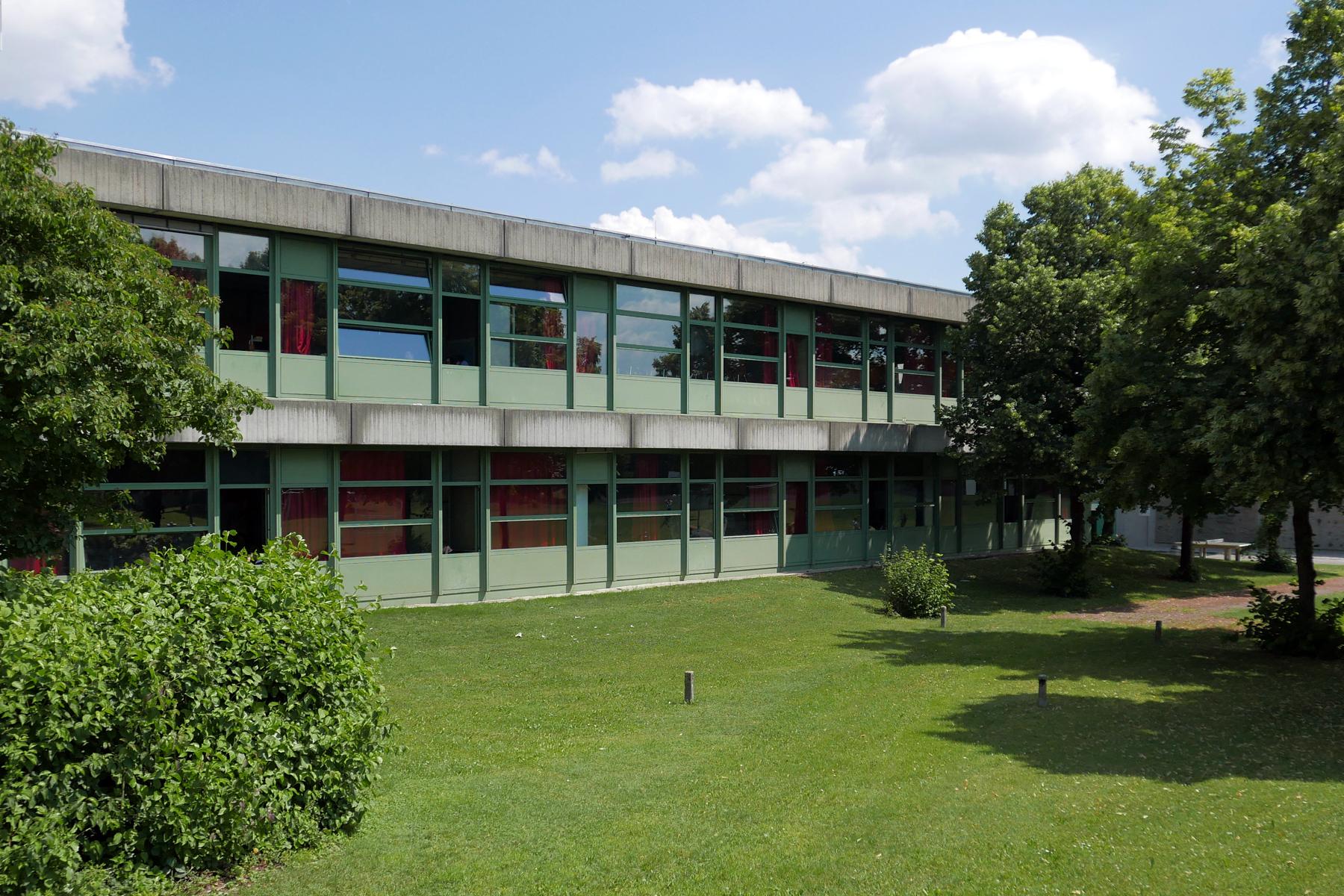 001-Schulhaus-von-Sportplatz-aus