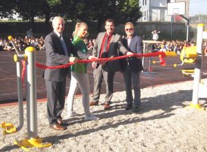 Herr Köhler, Frau Hahn, Herr Langer, Herr Dachser beim Durchschneiden des Eröffungsbandes